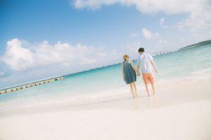 来間大橋を見ながら、前浜ビーチで手を握りあうカップル