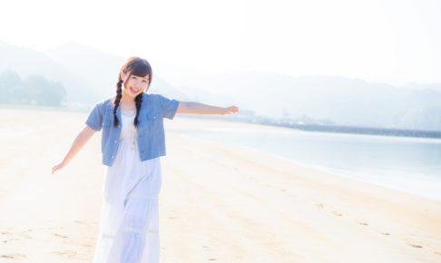 イマリンビーチと元気な女性
