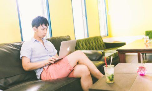 コワーキングカフェで動画コンテンツを真剣に試聴する男性
