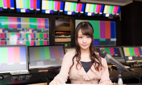 放送終了後にニュースを放送する女性アナ