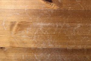 輪染みがたくさんあるパイン材のテーブル