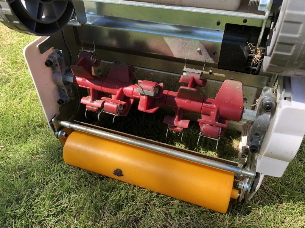 サッチング刃を装着した『リョービ電動芝刈り機LM-2810』