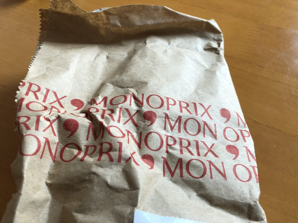 MONOPRIX ARCUEILと書かれたチーズの包み紙