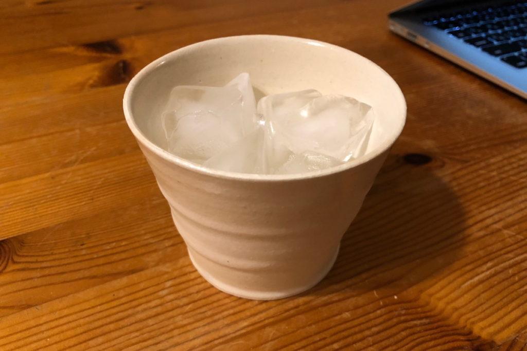 益子焼の焼酎カップでいいちこ 25度のロックを飲む