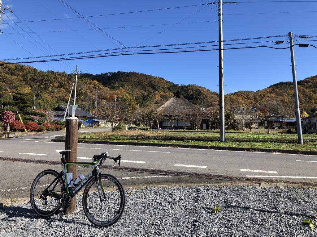 紅葉する山と古民家大木邸