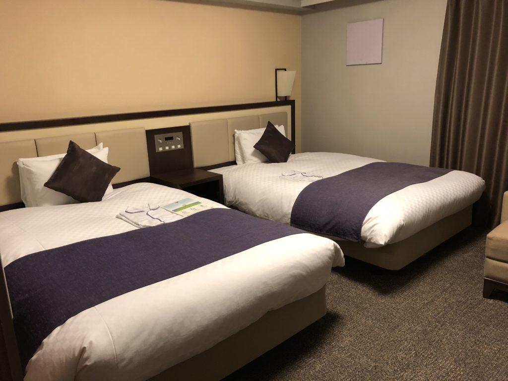 広々としたツインルームと適度な大きさの快適なベッド