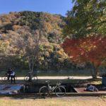 那須烏山のひのきやから那珂川を挟んで落石の紅葉を望む