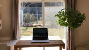 窓辺に設置したスタンディングデスク
